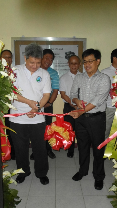 XU President Fr. Roberto C. Yap (left) and DAR Usec. Pacturan (right) do the honor of cutting the ribbon for ILG