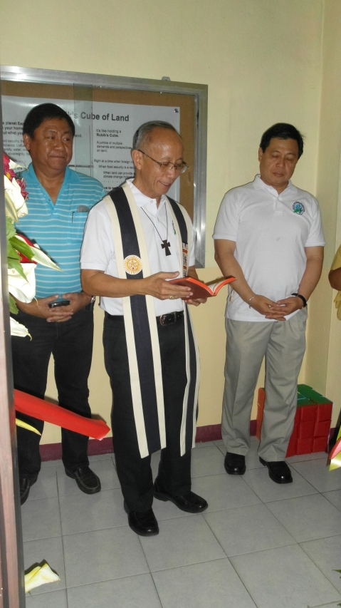 Archbishop Antonio Ledesma (center), also a known agrarian reform advocate, led the blessing of the ILG office