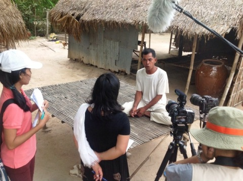 Interview with a land victim in Chantrea District, Svay Rieng Province. Photo by STAR Kampuchea.